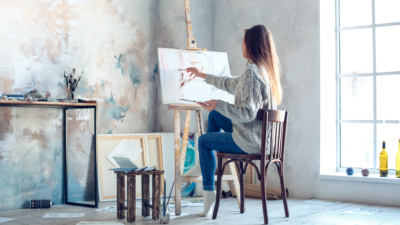 photo young woman painting in art studio